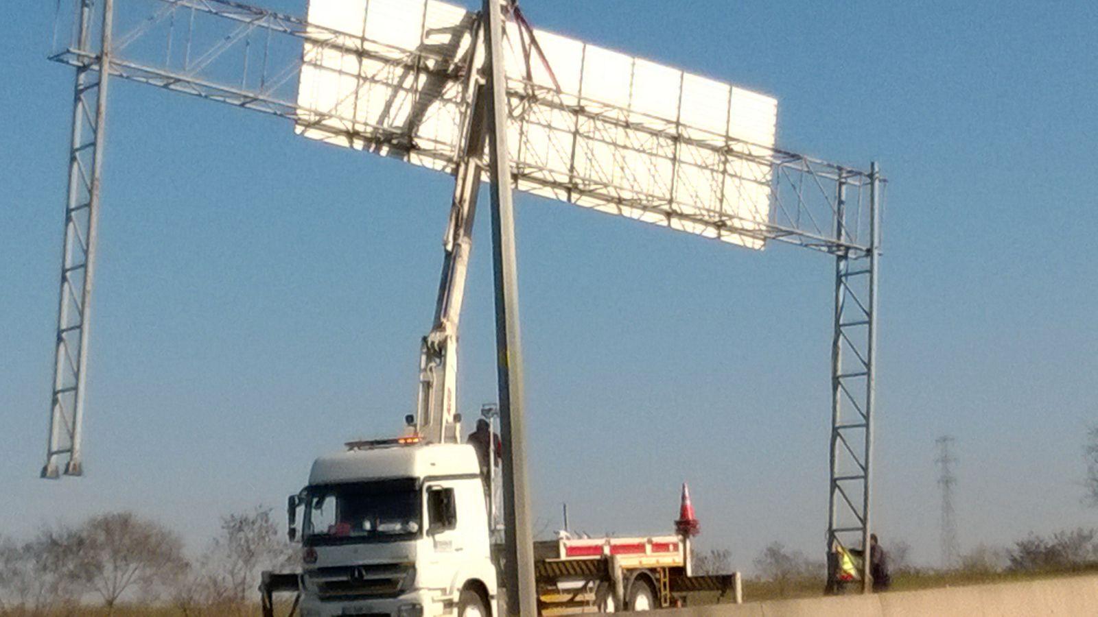 ... hier wurde kurz der Verkehr auf der Gegenspur angehalten und dieses Schild demontiert.