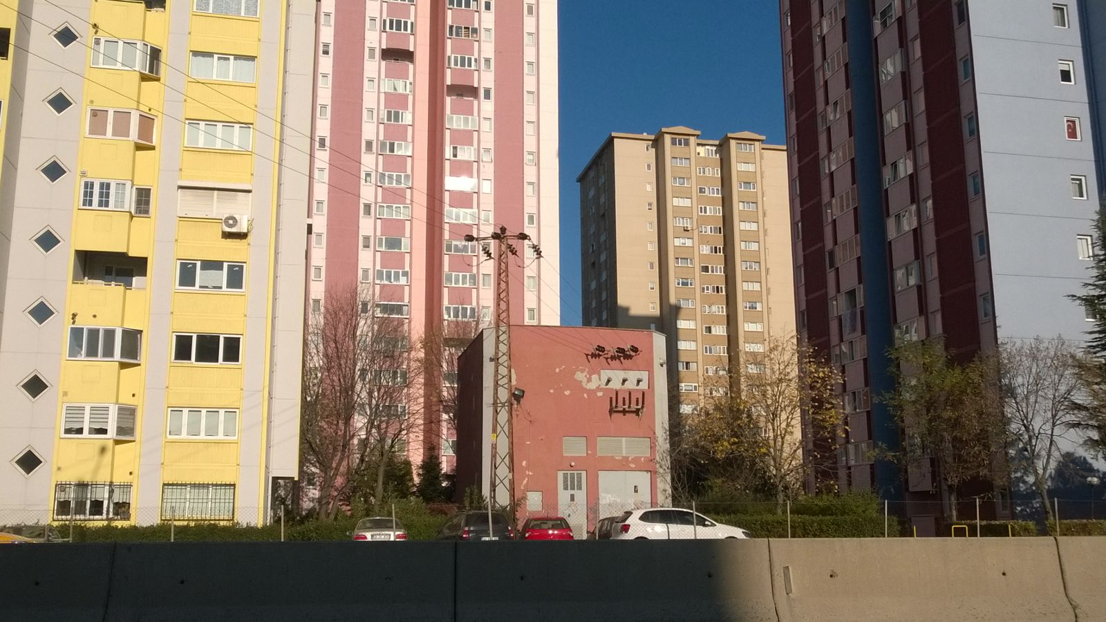 Moderne Hochhäuser in der Großstadt Çorlu. Ohne Lärmschutzwand einfach ganz nahe der D 100 gebaut.