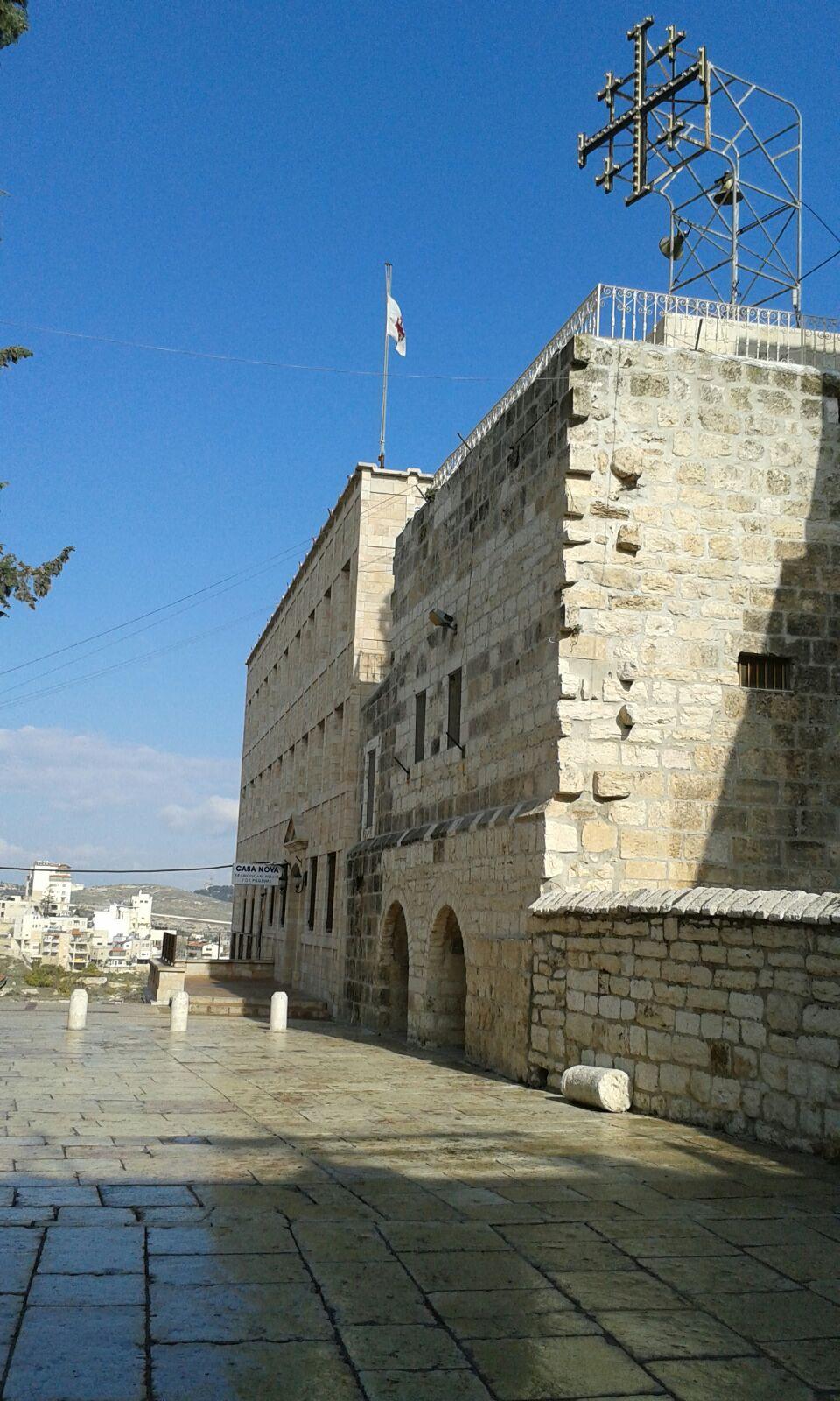 Ein Teil der Geburtskirche, aber nicht der mit Jesses Geburtshöhle. Oberhalb seht Ihr das Kreuz Jerusalems.