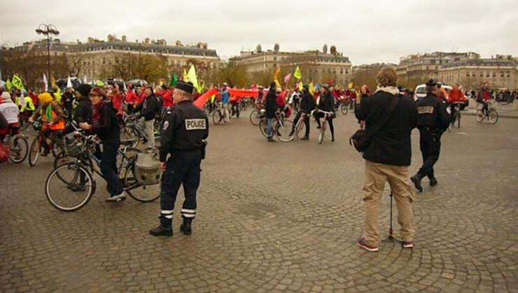 Fahrrad-Demo rund um den Triumpfbogen