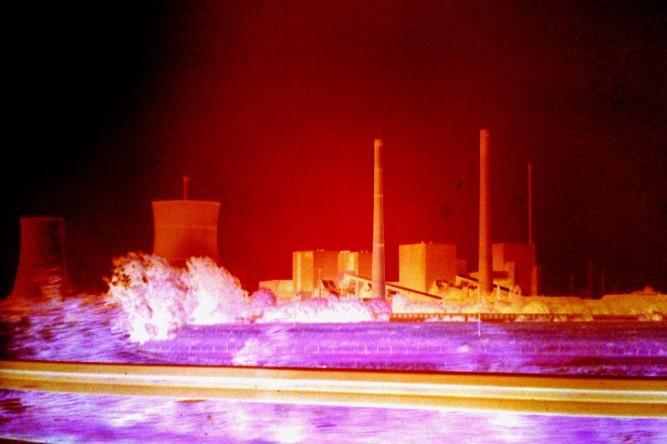 (C) Gerd Peter, 26.07.1983. Reaktor THTR 300 (rechts) mit seinem Trockenkühlturm (2. von links)
