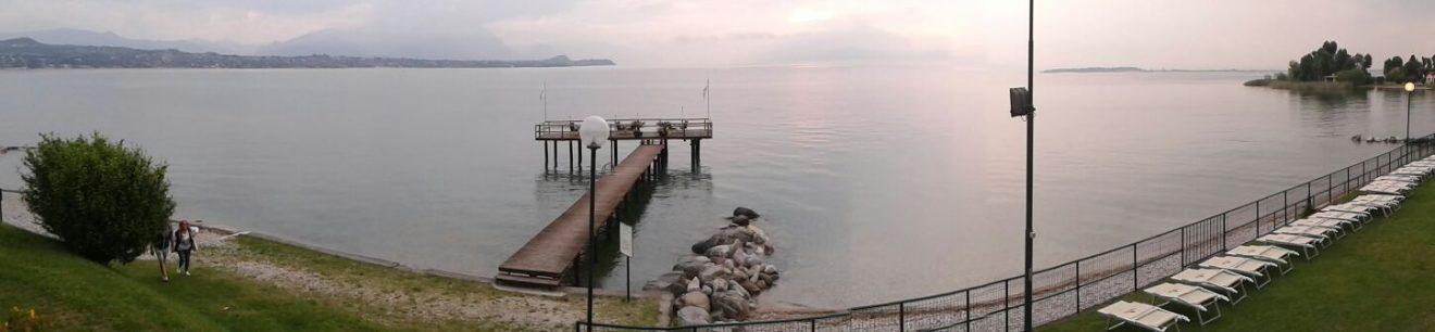 Lago di Garda im wolkenverhangenen Morgendunst ...