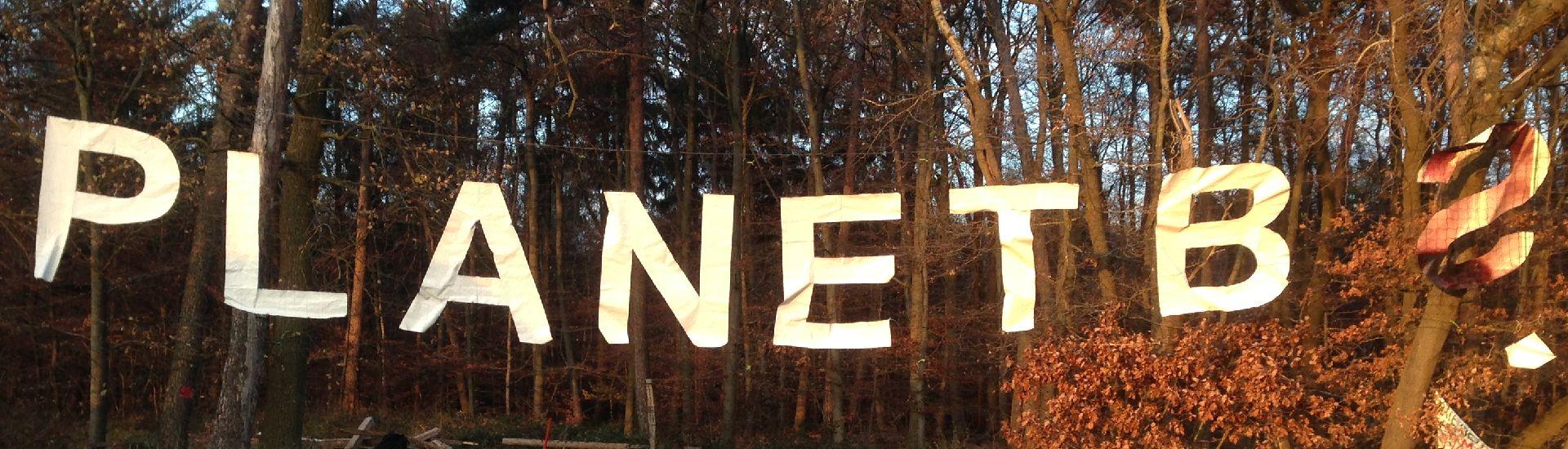 """Transparent überspannt Waldweg: """"Planet B?"""""""