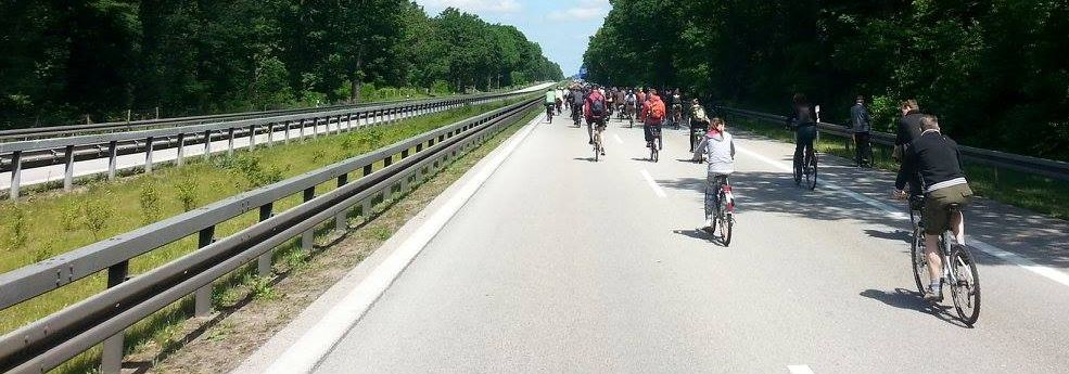 Fahrradfahren auf der Autobahn.