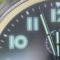 Uhr zeigt drei Minuten vor 12