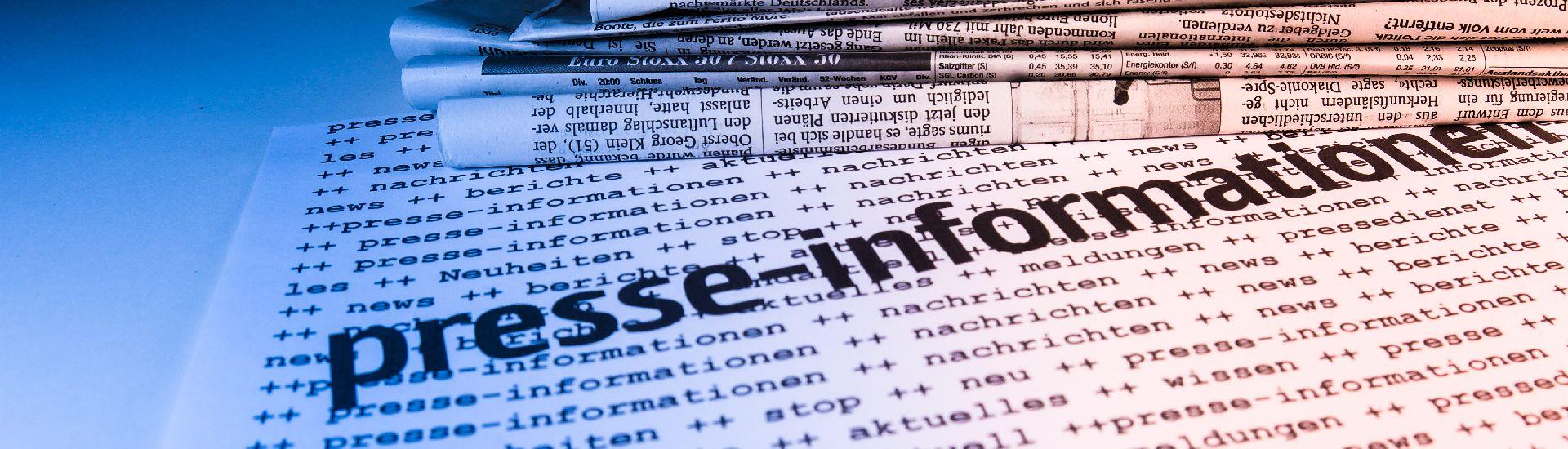 """Zeitungen und darüber der Text """"presse-informationen"""""""