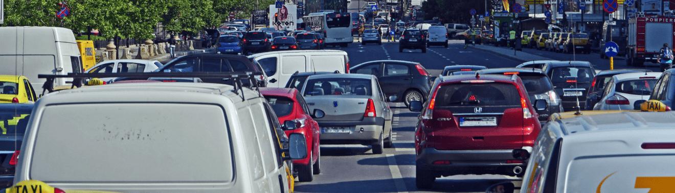 Verkehrschaos. Autos im Stau.