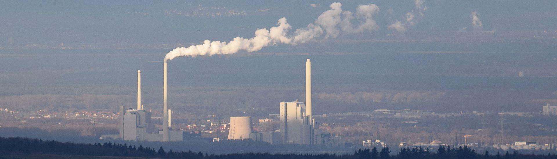 Kraftwerke in einem Tal mit Dunst